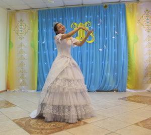 """Ученица 6 """"а"""" класса Любовь Пахомова в роли Золушки с жестовой песней """"Хоть поверьте"""""""